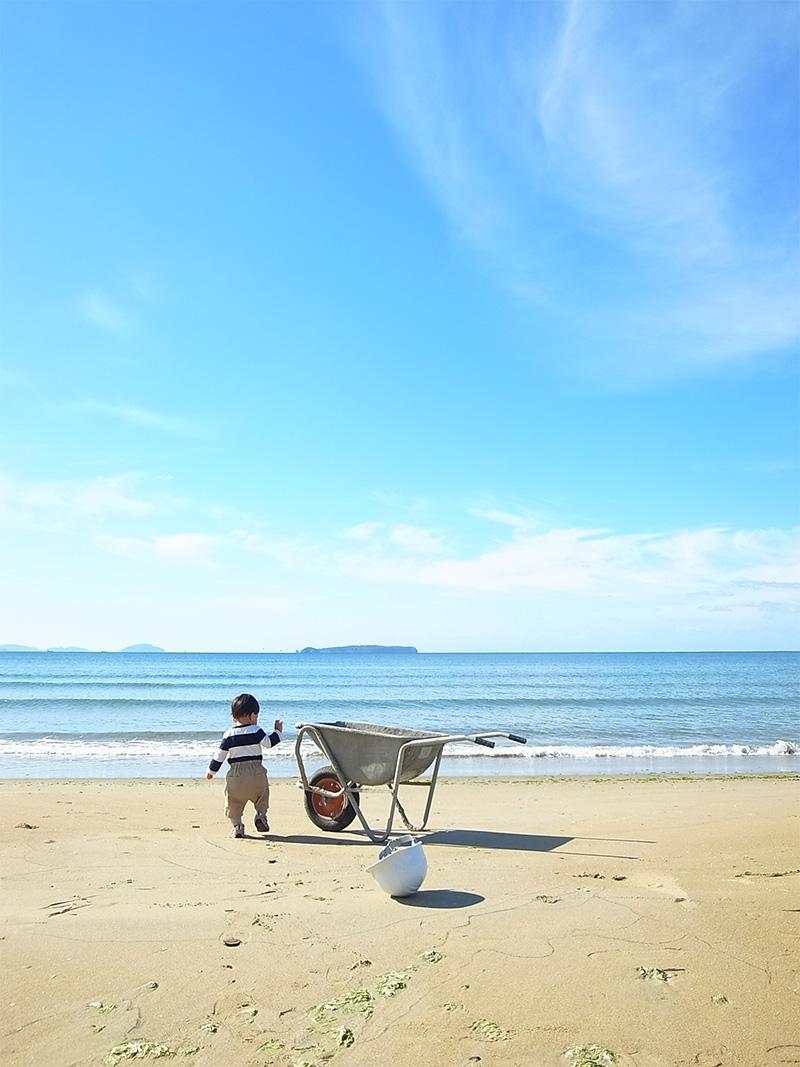 海と子供と一輪車